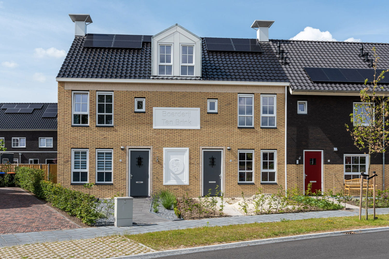 Lichtgele bakstenen en zwarte dakpannen