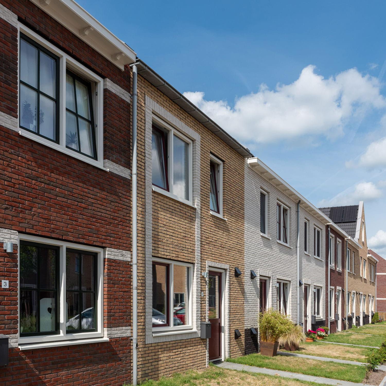 Rij met huizen waarvan elk huis een andere kleur baksteen heeft