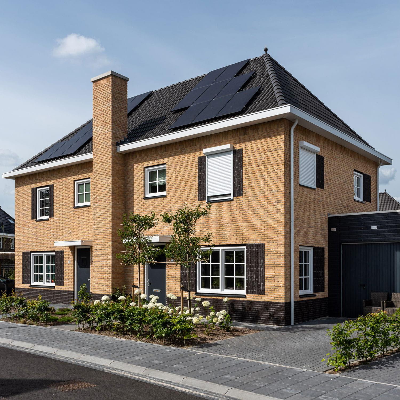 Twee-onder-een-kap woning met gelige baksteen en zwarte dakpannen