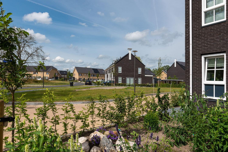 vergezicht over een nieuwe wijk met donkere bakstenen en dakpannen