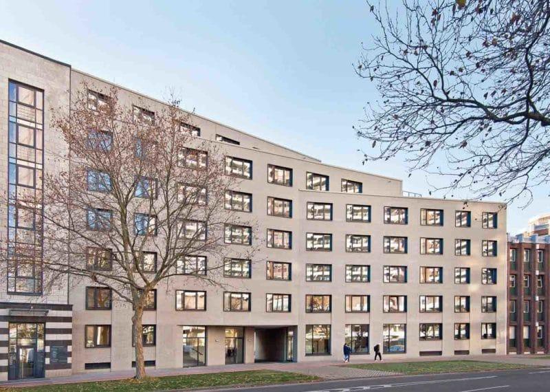 Een gebouw met een lichte gevel ter illustratie van het gevelsysteem A-Brick