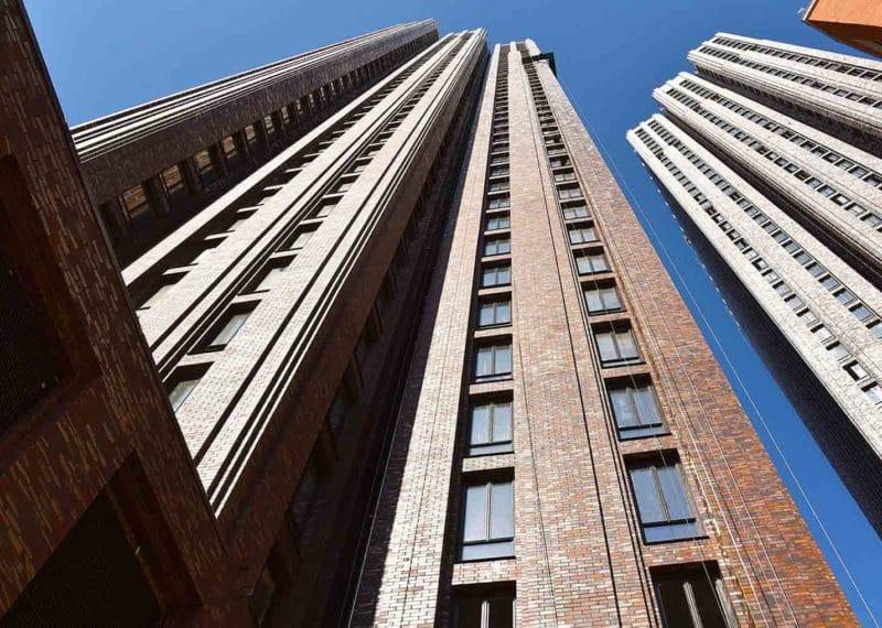 Torens met A-Brick voor circulair bouwen, van onderen bekeken tegen een blauwe lucht