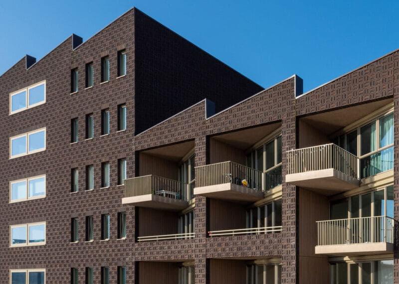 Dok7 met bruine steen en lichte balkons