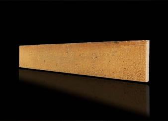 Een licht oranje geprinte steenstrip tegen een zwarte achtergrond