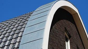 Een dak dat afbuigt met donkere dakpannen