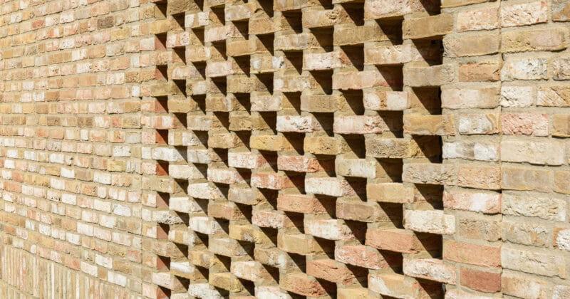 Strijp R muurtje met braziliaans metselwerk van lichte baksteen