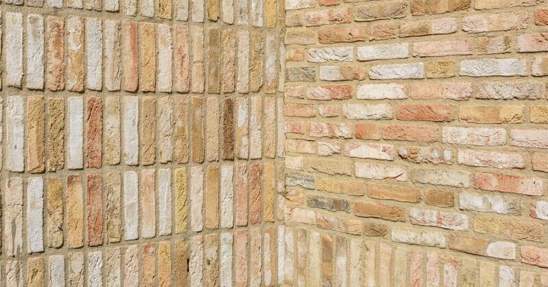 Strijp R hoek met lichtgele stenen en staand en liggend metselwerk