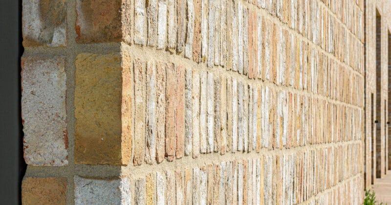 Strijp R detail van muur met staand metselwerk en lichtgele baksteen van Vogelensangh