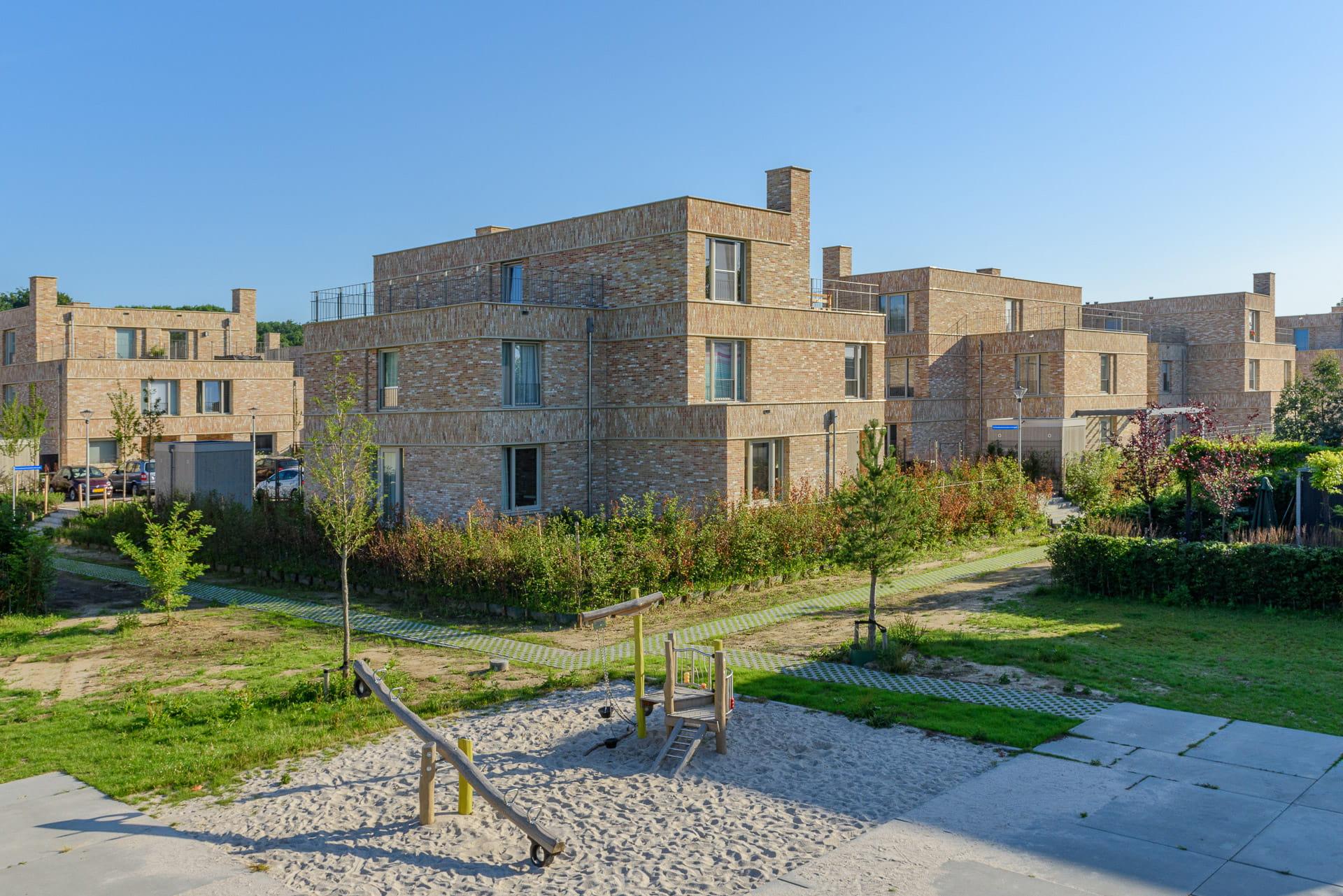 Overzicht van kleine villa's met lichte steen
