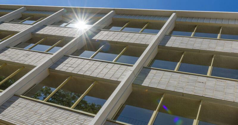 Strijp R appartementgebouw met lichte baksteen en ramen