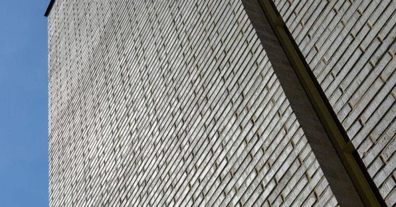 Strijp R onderaanzicht van een gevel met smal hoog raam