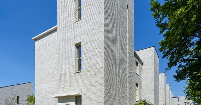 Strijp R hoek van een torenwoning met grijze steen en pad ervoor