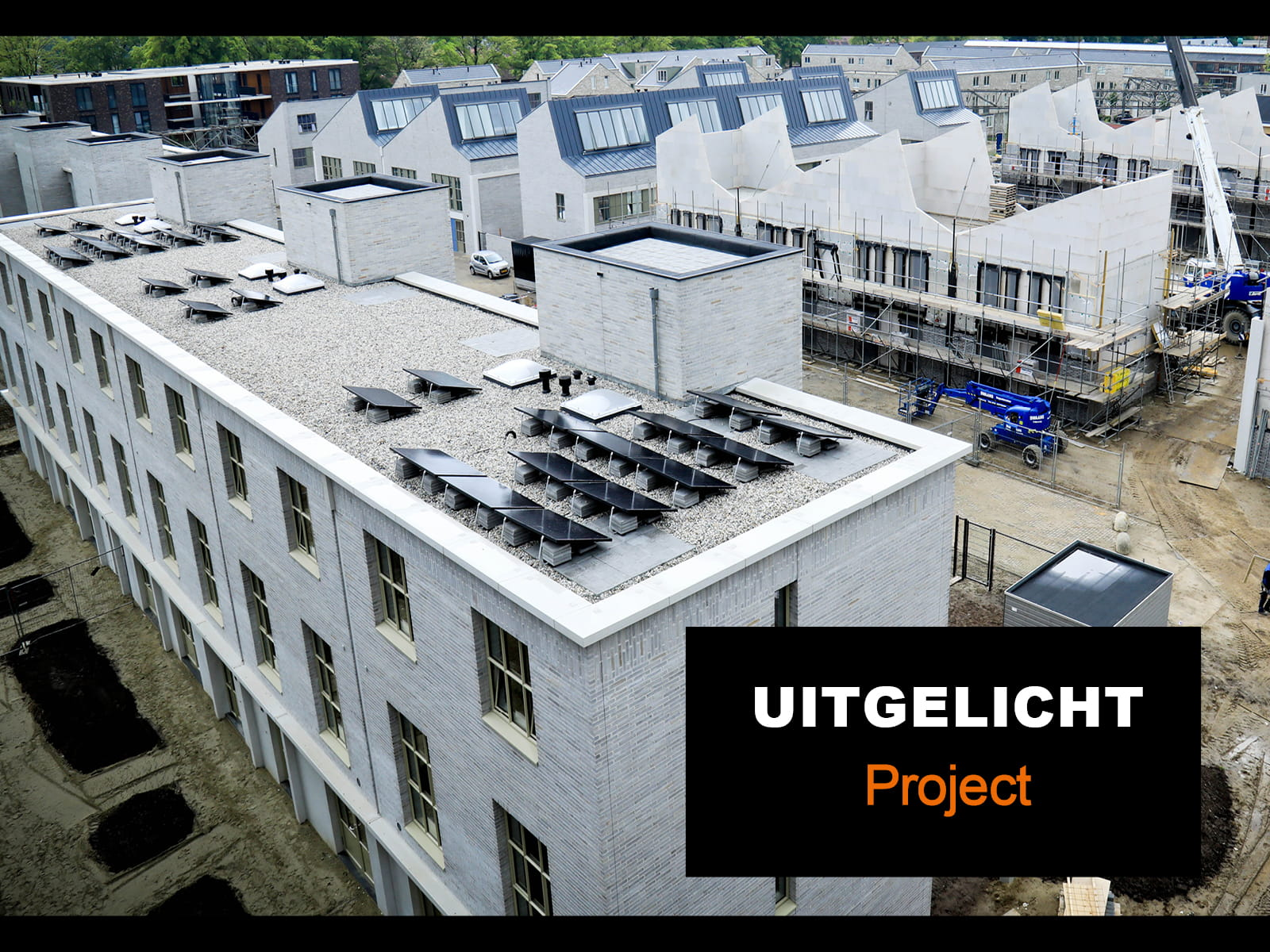 Bouwplaats van Strijp R in Eindhoven met huizen in aanbouw met grijze gevelstenen