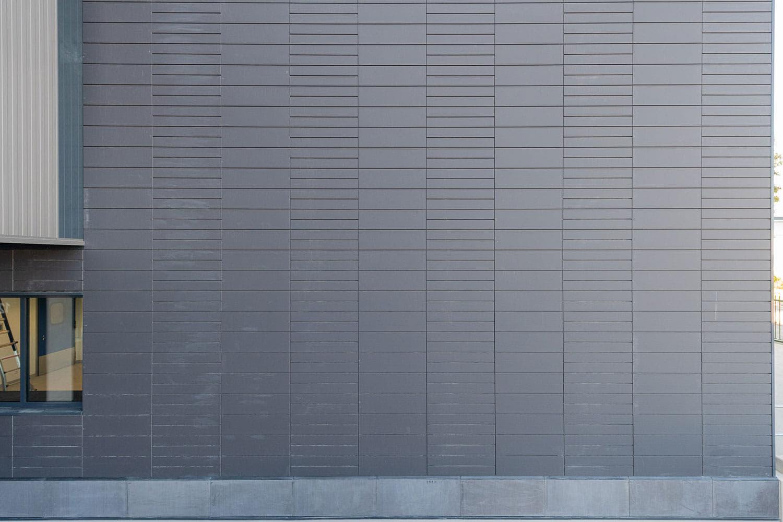 Detail van een muur met keramische argeton tegels