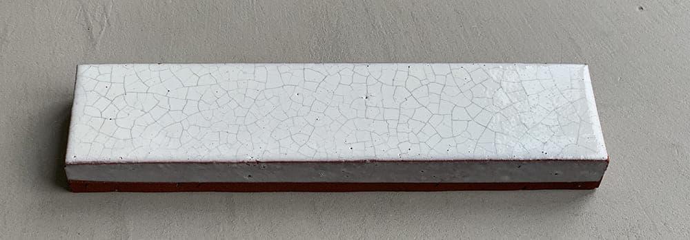 Geglazuurde soorten steenstrips, deze in het wit