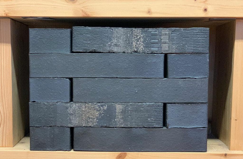 Donkergrijze of antraciete bakstenen in een kast