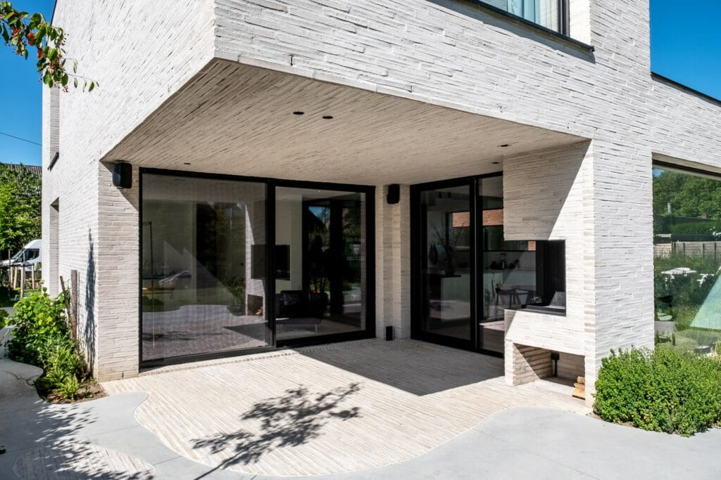 Hoek van een woonhuis met lichte langformaat gevelsteen