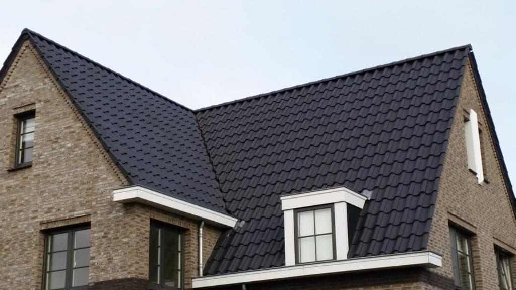 Dak met grote zwarte dakpannen