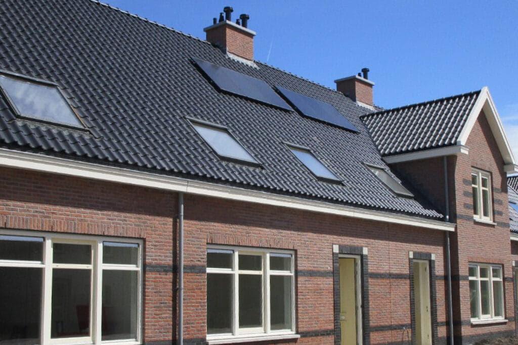 Dak met kleine zwarte dakpannen