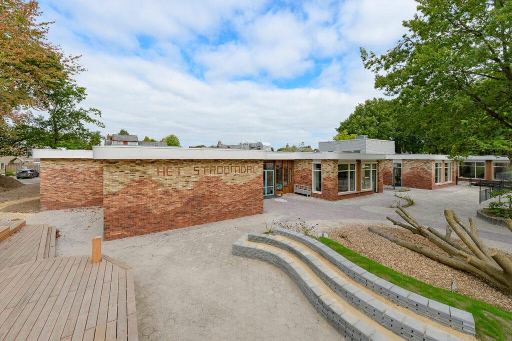 schoolgebouw met gevel van steenstrips in 3 kleuren