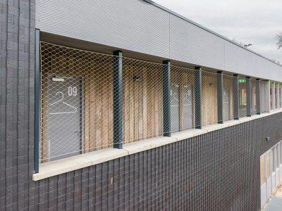 Circulair Bouwen: de Nieuwe Lunet in Utrecht, donker gebouw met ClickBrick in cobinatie met hekwerk en hout