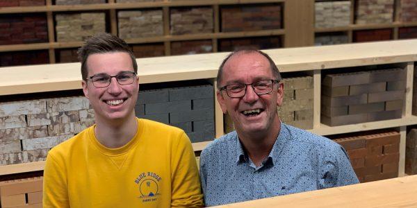 Collega's Gerjan en Hans staan naast elkaar in de showroom